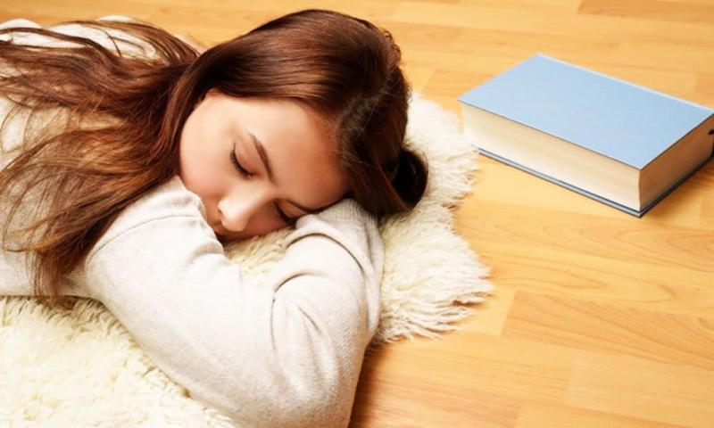 जमीन पर सोने के फायदे
